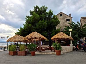 Found this nice thatched roof bar.... We definitely had some great cocktails here !