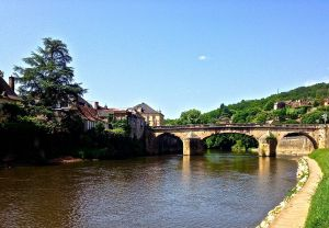 Had lunch on the river bank in Montignac.