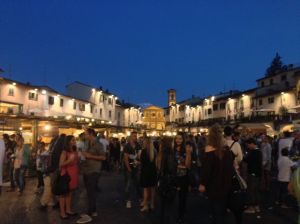 The crowded piazza!